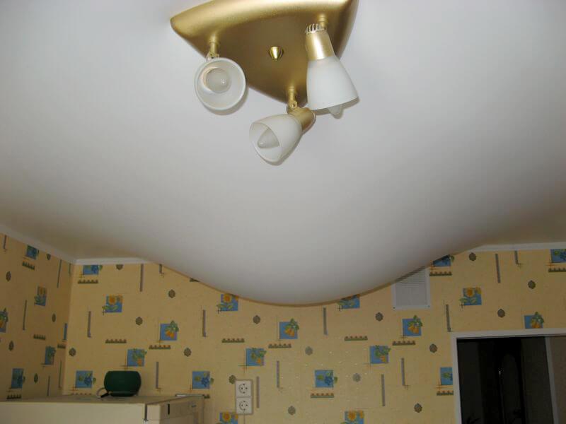 что делать с натяжным потолком если затопили